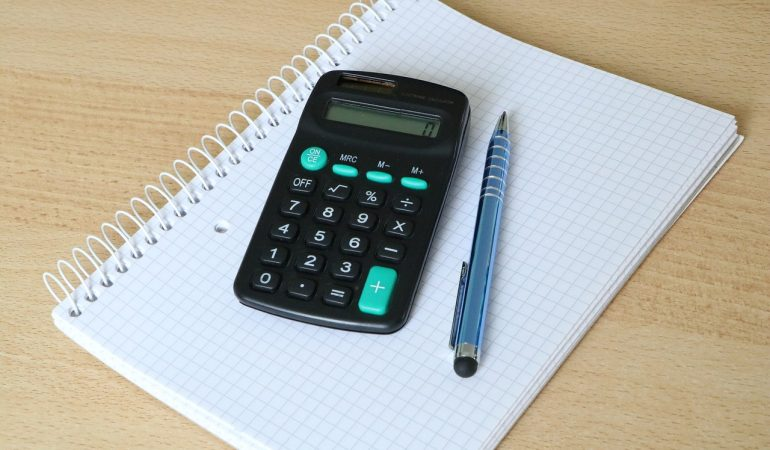 Using a solar panel cost calculator to decide about going solar